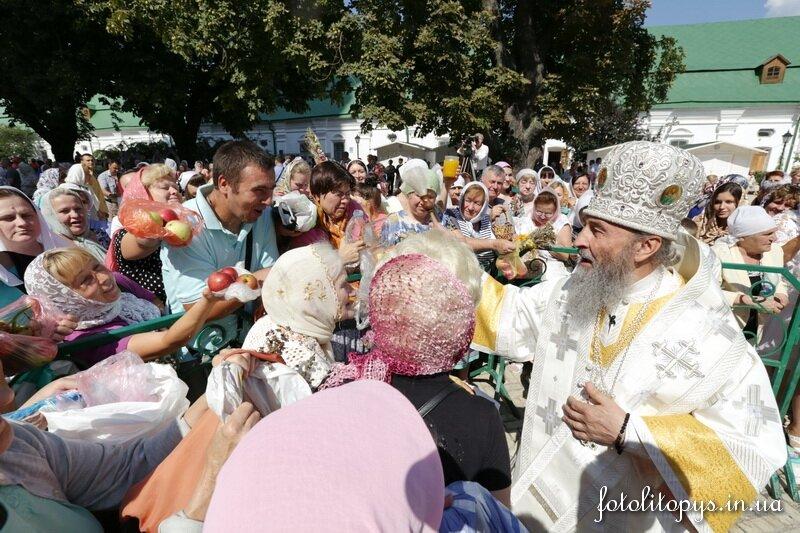 Митрополит Онуфрій освячує яблука на Преображення 2014 року